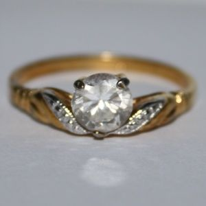 Beautiful vintage gold and CZ ring size 9